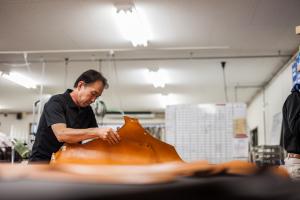 職人の目と手で一枚ずつ…鞄工房山本が『革の吟味』で魅せる技