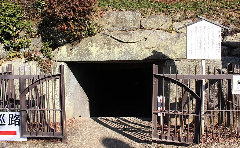 645年に築造された「文殊院西古墳」。中には「願掛け不動」さまが安置されています。