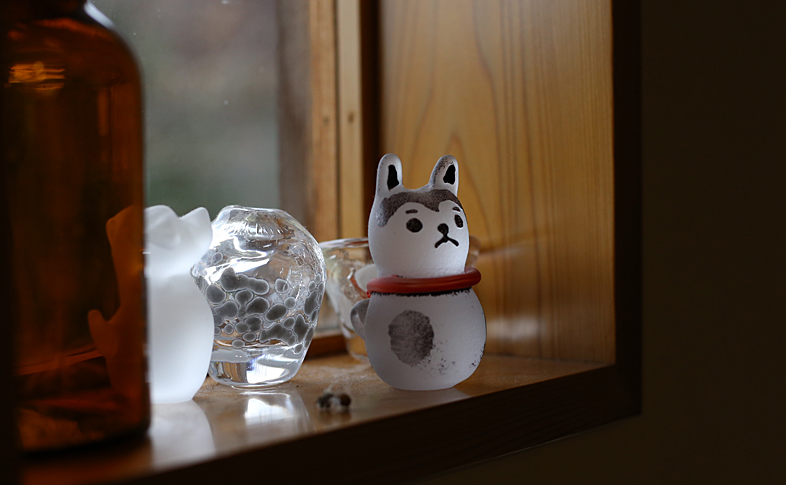 ガラスでできたこま犬