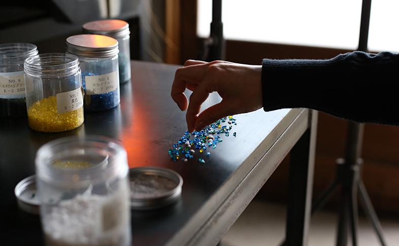 模様を出すためのガラスの粒