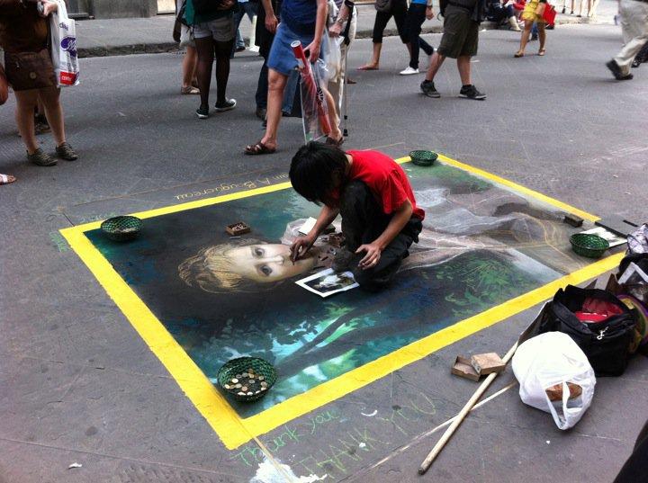 フィレンツェで路上絵を描いている西村。