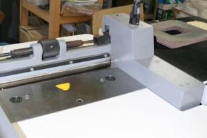 革の割り〜感覚を研ぎすまし革を薄く