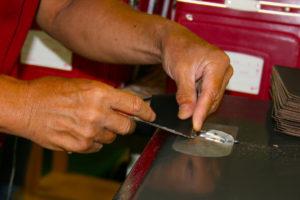 本革の漉き〜リズムで革をより強く薄く